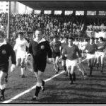 Istrčavanje na Krimeji 1971. godine. U prvom planu glavni sudac Glažar te kapetani momčadi Udović (Orijent) i Devčić (Rijeka)